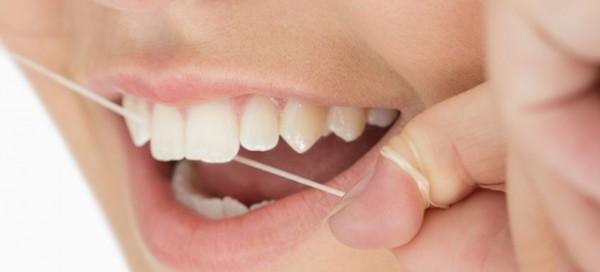 ワイ、糸ようじを使用して歯茎血まみれ