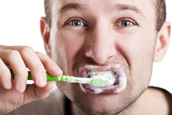 【悲報】ワイガイジ、歯ブラシに軟膏を塗りたくる